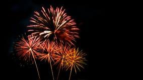 El Año Nuevo celebra con los fuegos artificiales que se encienden como textura del fondo Foto de archivo