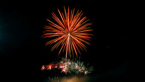 El Año Nuevo celebra con los fuegos artificiales que se encienden como textura del fondo Fotografía de archivo libre de regalías
