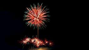 El Año Nuevo celebra con los fuegos artificiales que se encienden como textura del fondo Imagen de archivo