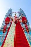 El Año Nuevo chino está apenas a la vuelta de la esquina, la linterna más grande exhibida en las torres gemelas de Petronas Fotografía de archivo libre de regalías