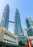 El Año Nuevo chino está apenas a la vuelta de la esquina, la linterna más grande exhibida en las torres gemelas de Petronas Foto de archivo libre de regalías