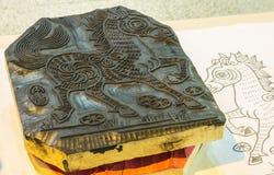 El Año Nuevo chino representa la placa tallada de madera Imágenes de archivo libres de regalías
