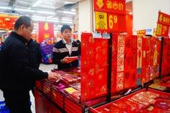 El Año Nuevo chino se está acercando, gente está comprando decoraciones festivas Foto de archivo