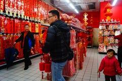 El Año Nuevo chino se está acercando, gente está comprando decoraciones festivas Fotografía de archivo libre de regalías
