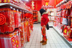 El Año Nuevo chino se está acercando, gente está comprando decoraciones festivas Imágenes de archivo libres de regalías