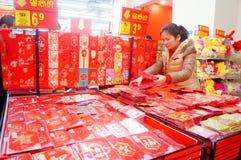 El Año Nuevo chino se está acercando, gente está comprando decoraciones festivas Imagen de archivo
