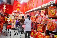 El Año Nuevo chino se está acercando, gente está comprando decoraciones festivas Fotografía de archivo