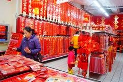 El Año Nuevo chino se está acercando, gente está comprando decoraciones festivas Imagen de archivo libre de regalías