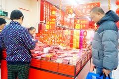 El Año Nuevo chino se está acercando, gente está comprando decoraciones festivas Fotos de archivo libres de regalías