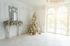 El Año Nuevo de la Navidad clásica adornó el sitio interior imagen de archivo libre de regalías