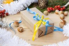 El Año Nuevo de la Navidad del regalo de la Navidad con la decoración del nacional ucraniano colorea las frutas y la malla del me Fotos de archivo