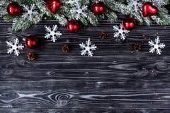 El Año Nuevo de las decoraciones de la Navidad en el top de madera oscuro del fondo compite Foto de archivo