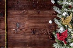 El Año Nuevo de las decoraciones de la Navidad en el top de madera oscuro del fondo compite Imágenes de archivo libres de regalías