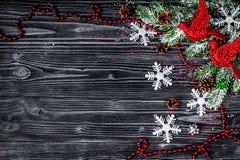 El Año Nuevo de las decoraciones de la Navidad en el top de madera oscuro del fondo compite Imagen de archivo libre de regalías