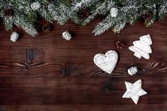 El Año Nuevo de las decoraciones de la Navidad en el top de madera oscuro del fondo compite Foto de archivo libre de regalías