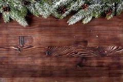 El Año Nuevo de las decoraciones de la Navidad en el top de madera oscuro del fondo compite Fotografía de archivo libre de regalías
