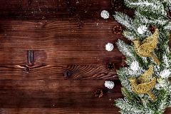 El Año Nuevo de las decoraciones de la Navidad en el top de madera oscuro del fondo compite Imagenes de archivo