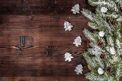 El Año Nuevo de las decoraciones de la Navidad en el top de madera oscuro del fondo compite Imagen de archivo