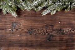 El Año Nuevo de las decoraciones de la Navidad en el top de madera oscuro del fondo compite Fotos de archivo