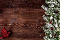 El Año Nuevo de las decoraciones de la Navidad en el top de madera oscuro del fondo compite Fotografía de archivo