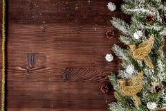 El Año Nuevo de las decoraciones de la Navidad en el top de madera oscuro del fondo compite Fotos de archivo libres de regalías