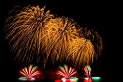 el Año Nuevo de los fuegos artificiales celebra - el aislador colorido hermoso del fuego artificial Fotos de archivo