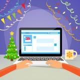El Año Nuevo del ordenador portátil da el tipo usando Internet del ordenador Fotografía de archivo