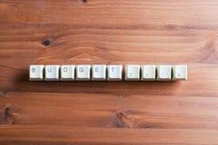 El Año Nuevo del presupuesto 2018 en llaves de teclado de ordenador abotona en una madera Fotografía de archivo