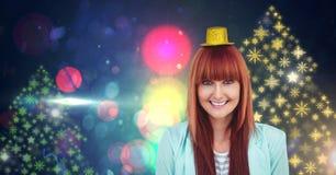 El Año Nuevo del sombrero y del copo de nieve del partido de la mujer que lleva va de fiesta formas coloridas del modelo de las l Imagenes de archivo