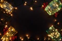El Año Nuevo enciende la guirnalda en los floreros de cristal como marco decorativo Imagen de archivo libre de regalías