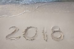 El Año Nuevo 2018 es concepto que viene agite venir al concepto 2018 en la playa de la arena por la mañana Imagen de archivo libre de regalías