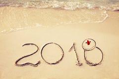 El Año Nuevo 2018 es concepto que viene agite venir al concepto 2018 en la playa de la arena por la mañana Fotografía de archivo
