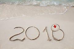 El Año Nuevo 2018 es concepto que viene agite venir al concepto 2018 en la playa de la arena por la mañana Fotografía de archivo libre de regalías