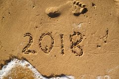 El Año Nuevo es concepto que viene - 2018 escrito en una playa enarena con w Foto de archivo libre de regalías