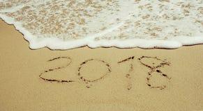 El Año Nuevo es onda del concepto que viene en la playa de la arena por la mañana Fotografía de archivo libre de regalías