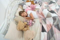 El Año Nuevo está viniendo La muchacha linda se cayó dormido después de noche de la Navidad Niño durmiente Poco sueño del niño en imagen de archivo