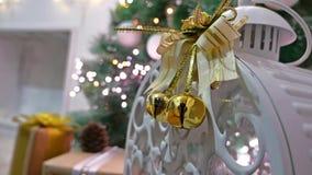 El Año Nuevo interior del árbol y del sitio de los regalos de la Navidad juega luces y la chimenea del centelleo Imagenes de archivo