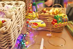 El Año Nuevo juega para la venta en mercado de la Navidad Fotos de archivo