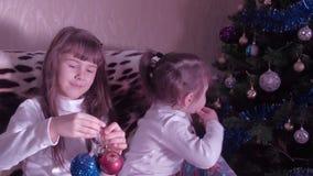 El Año Nuevo, la Navidad, niños que juegan con la Navidad juega almacen de metraje de vídeo