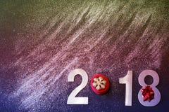 El Año Nuevo 2018, los clayers se dispersan, relucir y vertieron en un fondo negro, espacio para su texto, tono colorido de la co Foto de archivo