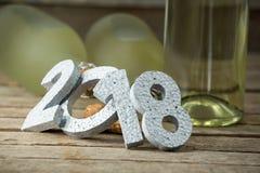 El Año Nuevo número 2018 y las botellas del champán arreglaron en superficie de madera Imagen de archivo libre de regalías