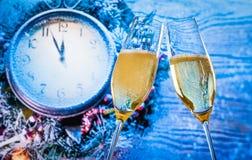 El Año Nuevo o la Navidad en la medianoche con las flautas de champán con oro burbujea Imágenes de archivo libres de regalías