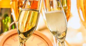 El Año Nuevo o la Navidad en la medianoche con las flautas de champán hace alegrías en fondo de la falta de definición Fotos de archivo libres de regalías