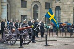 El abanderado con la bandera antes de la formación de los guardias reales Guardia del divorcio en Royal Palace Estocolmo Imágenes de archivo libres de regalías