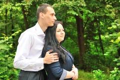 El abarcamiento del hombre joven y de la mujer. Foto de archivo