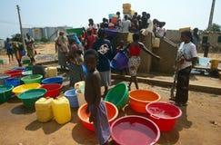 El abastecimiento de agua en los desplazados acampa, Angola Imagen de archivo libre de regalías