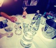 El abastecimiento del degustation del vino mantiene el fondo con los vidrios de vino Imagen de archivo