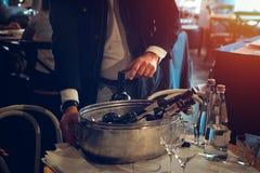 El abastecimiento del degustation del vino mantiene el fondo con los vidrios de vino Foto de archivo libre de regalías