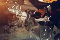 El abastecimiento del degustation del vino mantiene el fondo con los vidrios de vino Imagen de archivo libre de regalías