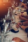El abastecimiento del degustation del vino mantiene el fondo con los vidrios de vino Imágenes de archivo libres de regalías